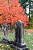 Bella scena con le vecchie lapidi stagionate, cimitero di Caldwell, lago George, New York, 2016 di caduta Fotografie Stock
