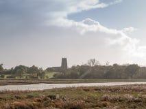 Bella scena del paesaggio della costa con la chiesa inglese sull'orizzonte A Fotografia Stock Libera da Diritti