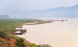 Bella scena dell'insieme del sole al fiume di Khong Fotografie Stock Libere da Diritti