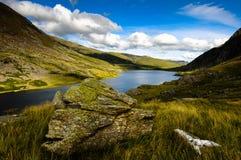 Bella scena della montagna con il lago Fotografia Stock