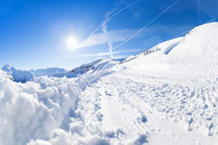 Bella scena della montagna con il percorso alpino nevoso Fotografia Stock