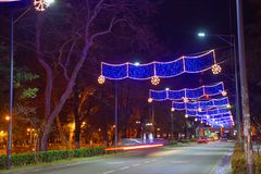 Bella scena di Kutaisi in una notte del nuovo anno La luce ad alta velocità e vaga delle automobili trascina in via del centro di Fotografia Stock