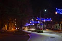Bella scena di Kutaisi in una notte del nuovo anno La luce ad alta velocità e vaga delle automobili trascina in via del centro di Immagine Stock