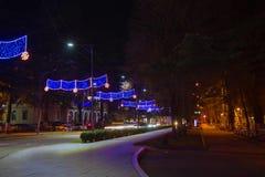 Bella scena di Kutaisi in una notte del nuovo anno La luce ad alta velocità e vaga delle automobili trascina in via del centro di Fotografia Stock Libera da Diritti