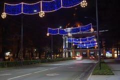 Bella scena di Kutaisi in una notte di Natale La luce ad alta velocità e vaga delle automobili trascina in via del centro di nott Fotografia Stock Libera da Diritti