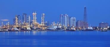 Bella scena di panorama della pianta di industria della raffineria con il comuni Immagini Stock Libere da Diritti