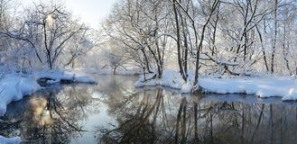 Bella scena gelida di inverno con il fiume scorrente immagini stock