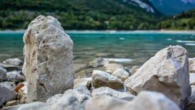 Bella scena a Lago di Tenno con acqua cristallina e le montagne nei precedenti Paesaggio di estate al tenno del lago nel Nord I Immagine Stock Libera da Diritti