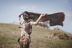 Bella sciarpa della tenuta della ragazza di boho sul vento in natura Immagini Stock