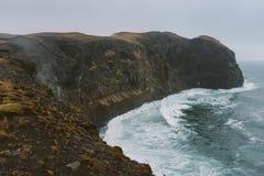 Bella scogliera alla costa che stordisce fotografia del paesaggio dell'Islanda Viaggiando dai fiordi ghiacciati alle montagne nev Fotografie Stock Libere da Diritti