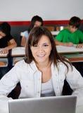 Bella scolara adolescente che si siede con il computer portatile Fotografie Stock