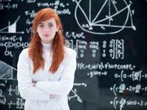 Bella scolara in laboratorio immagini stock libere da diritti