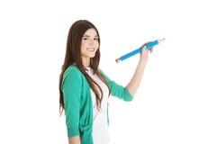 Bella scrittura della giovane donna sullo spazio della copia con la matita. Fotografia Stock