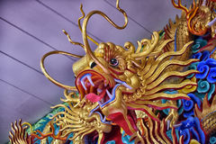 Bella scultura cinese dei draghi al tempio cinese di Anek Kusala Sala Viharn Sien a Pattaya, Immagini Stock