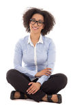 Bella seduta afroamericana felice della donna di affari isolata Immagini Stock