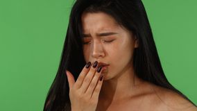 Bella sensibilità asiatica della donna malata e che tossisce sul chromakey verde archivi video