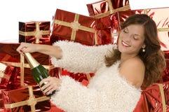 Bella signora che apre una bottiglia con champagne Immagini Stock