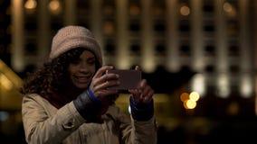 Bella signora che posa e che sorride, prendente l'immagine del selfie sullo smartphone moderno fotografia stock libera da diritti