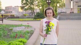 Bella signora che tiene un mazzo di bei fiori Mano femminile che tocca i bei fiori Godere della natura archivi video
