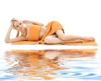 Bella signora con i tovaglioli arancioni Fotografia Stock Libera da Diritti