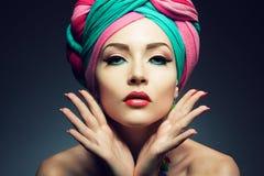 Bella signora con il turbante colorato fotografia stock libera da diritti