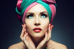 Bella signora con il turbante colorato fotografie stock libere da diritti
