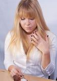 Bella signora con l'anello blu dello zaffiro a disposizione Fotografia Stock