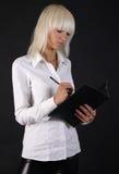 Bella signora di affari con il dispositivo di piegatura di carta Fotografie Stock Libere da Diritti