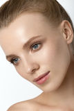 Bella signora di modello con lo studio dei capelli biondi e di trucco naturale Fotografia Stock Libera da Diritti