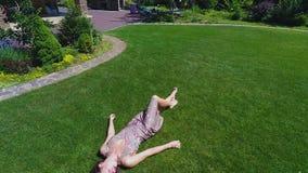 Bella signora di sogno sul riposarsi di rilassamento di estate spensierata di spesa dell'erba stock footage