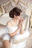 Bella signora elegante sbalorditiva con la retro acconciatura, ebreo delle perle immagini stock