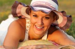 Bella signora felice che si trova sul prato fotografie stock