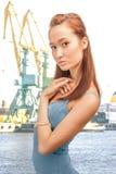 Bella signora nel porto marittimo mercantile Fotografie Stock