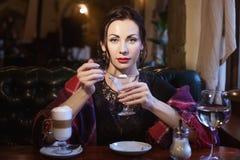 Bella signora nel ristorante immagini stock libere da diritti