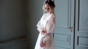 Bella signora sexy in abito bianco elegante archivi video