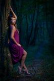 Bella signora spaventata su un sentiero nel bosco al crepuscolo Fotografia Stock