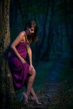 Bella signora spaventata su un sentiero nel bosco al crepuscolo Fotografie Stock