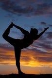 Bella siluetta del modello femminile nella posa di yoga Fotografie Stock