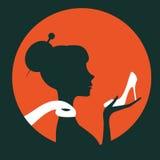 Bella siluetta della donna elegante che tiene una scarpa Fotografia Stock Libera da Diritti