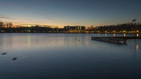 Bella siluetta di uguagliare Hannover e lago artificiale enorme Maschsee germany Lasso di tempo stock footage
