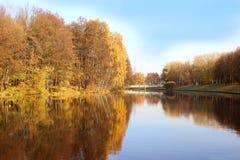 Bella sosta di autunno Autunno a Minsk alberi dei fogli di autunno Autumn Landscape Parco in autunno Riflessione di specchio degl Immagini Stock Libere da Diritti