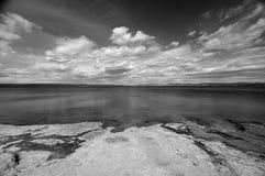 Bella spiaggia in bianco e nero fotografia stock libera da diritti