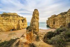 Bella spiaggia cliffy in Albufeira, Algarve, Portogallo fotografia stock