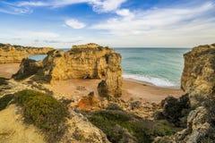 Bella spiaggia cliffy in Albufeira, Algarve, Portogallo immagine stock libera da diritti