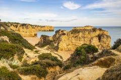 Bella spiaggia cliffy in Albufeira, Algarve, Portogallo immagine stock