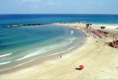 Bella spiaggia con acqua blu e la sabbia bianca Immagini Stock