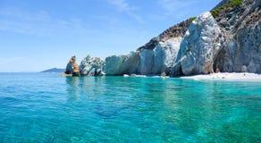 Bella spiaggia con acqua molto chiara immagine stock libera da diritti