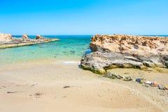 Bella spiaggia con chiare acqua e rocce del turchese Fotografia Stock Libera da Diritti