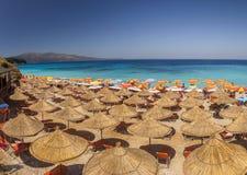 Bella spiaggia con gli ombrelli per una festa in Albania ionico fotografia stock libera da diritti