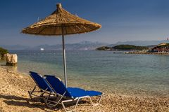 Bella spiaggia con gli ombrelli per una festa in Albania ionico fotografia stock